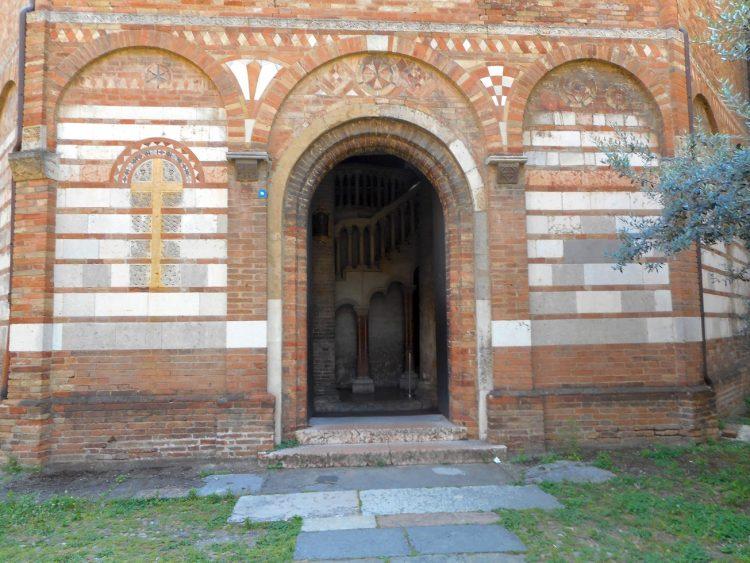 l'ingresso alla chiesa del Santo Sepolcro