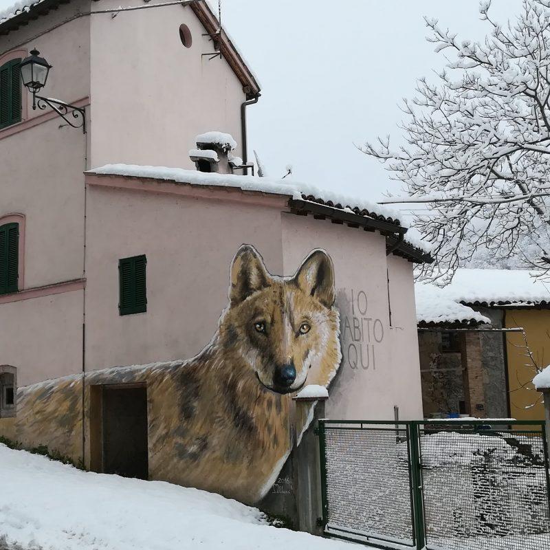 uno dei murales più efficaci accoglie i visitatori (foto dal web)