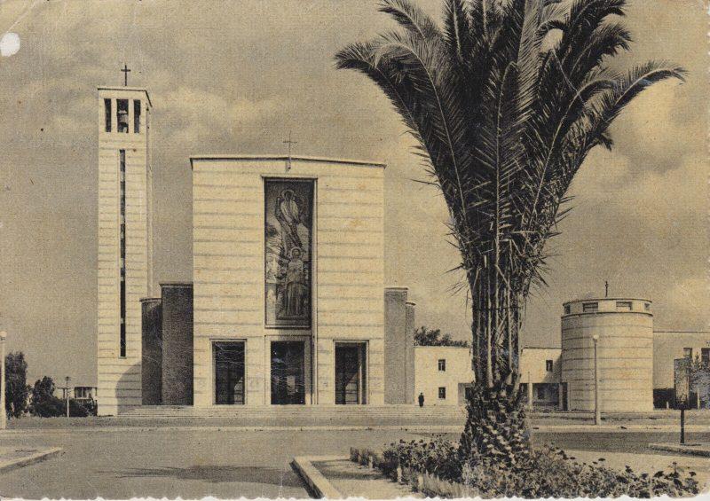 la chiesa di Sabaudia in una cartolina d'epoca
