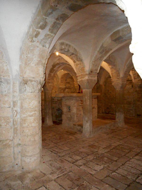 la cripta con l'altare e il passaggio sotto l'urna del Santo