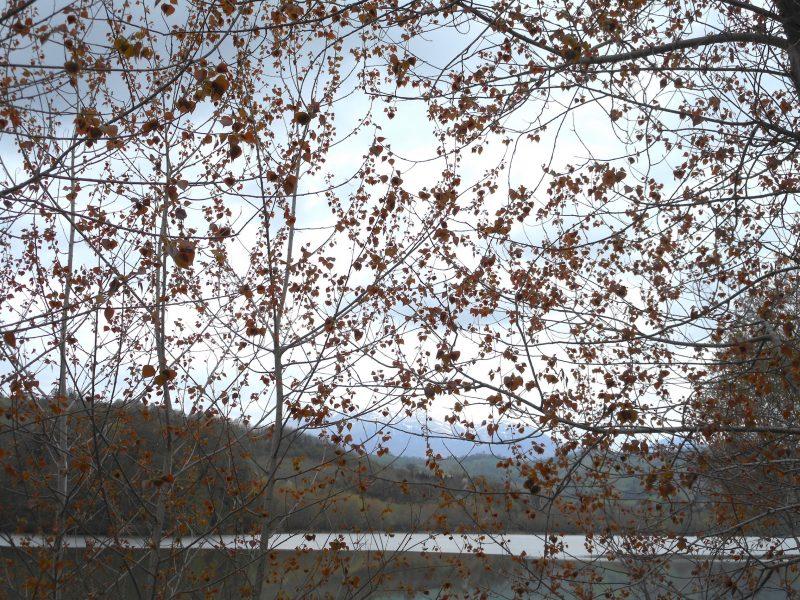il lago e all'orizzonte la Sibilla